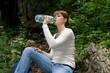 Junge Frau beim Wassser trinken