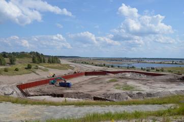 Hafenbaustelle in der Bergbaulandschaft