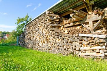 Holzlager auf der Wiese