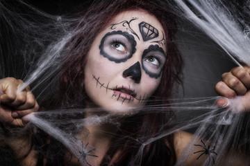 Sugar Skull junge Frau zwischen Spinnweben