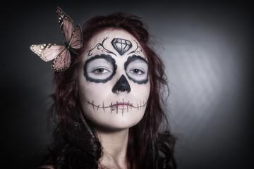 Sugar Skull junge Frau mit Schmetterling im Haar