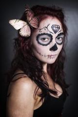 Junge Frau mit Sugar Skull Make up