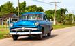 Amerikanischer Oldtimer fahrend auf Cubas Strassen