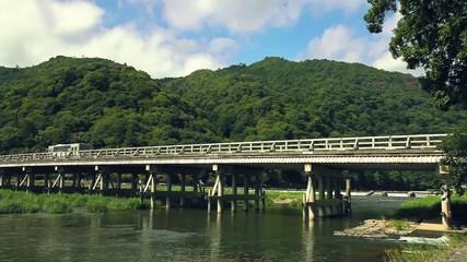 渡月橋を走るバス