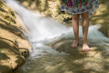 suda oynayan çocuk