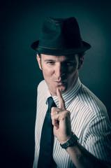 Camicia, cravatta e cappello
