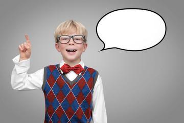 Schuljunge mit Sprechblase