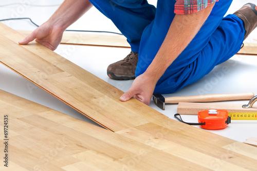 Man laying laminate flooring - 69724535