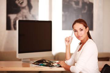 nachdenkliche Frau mit Zeitschrift