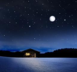 Beleuchtete Hütte bei Nacht