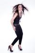 Junge hübsche Frau mit langen Haaren posiert im Studio