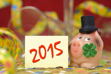 Glücksschwein mit Kleeblatt als Glücksbringer für 2015