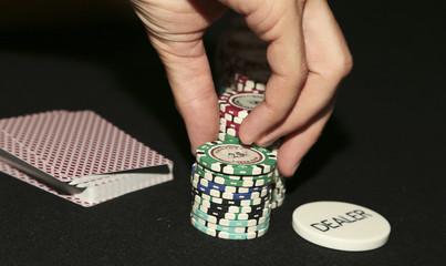 крупье раздает покерные фишки игрокам