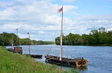 historische Holzboote auf der Loire