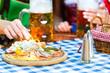 Biergarten - Freunde mit Bier und Brotzeit in Bayern
