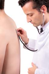 Arzt hört mit dem Stethoskop einen Patienten ab