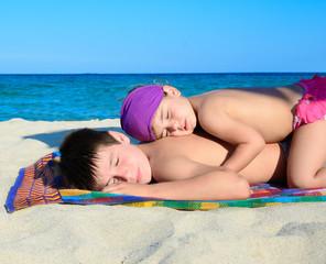 Bambini al mare che dormono