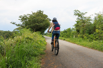 田舎道のサイクリング