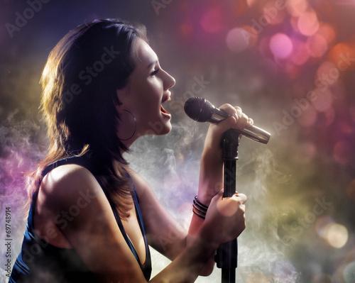 singing girl - 69748914