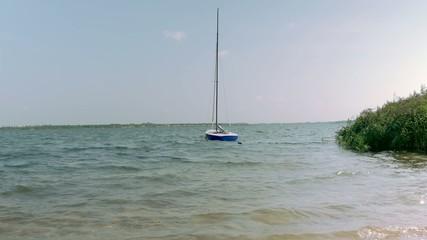 Segelboot vor Anker, Boot im See - Wellengang 4k