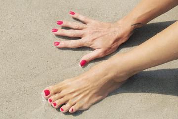 Mani e piedi sul bagnasciuga
