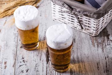 Birra su tavolo di legno