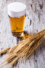 Birra e grano su tavolo di legno