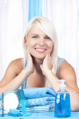 canvas print picture Junge Frau im Bad mit Pflegeartikeln
