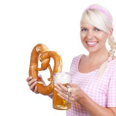 Hübsche Frau mit Bier und Brezel