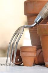 pots terre cuite et petit outil de jardin