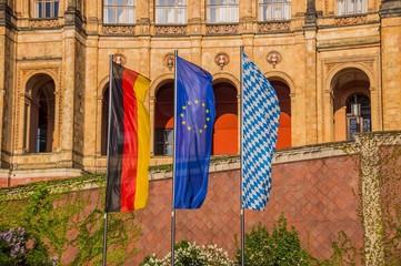 Maximilianeum beflaggt mit Bayern EU Deutschland
