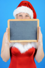 Weihnachtsmann hält Tafel mit Textfreiraum