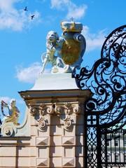 Tor  mit  Löwe  und  Wappen