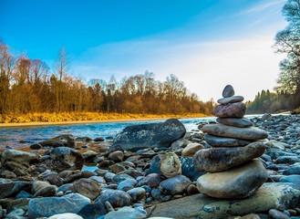 Steinmännchen am Kieselstrand an der Isar