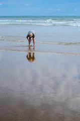 femme sur la place, pêche les crustacés