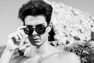 modello con occhiali