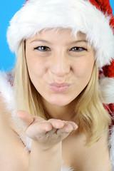 Weiblicher Weihnachtsmann gibt Kuss