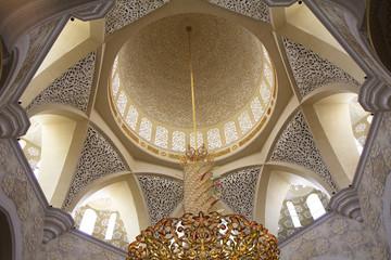 Внутренняя часть центрального купола Белой мечети Абу-Даби. ОАЭ.