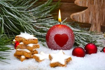 Kerze mit Herz und Zimtsternen