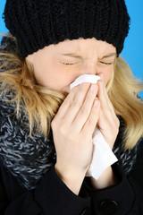 Frau mit Grippe und Erkältung beim Niesen
