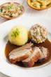 Bayerische gebratenes Schweinefleisch und Bier