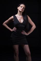 Frau in einem kurzen schwarzen Kleid