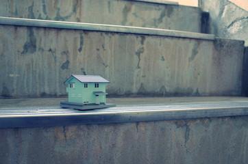 階段に置いてある家