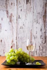 Bicchiere di vino bianco con uva