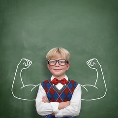 Kind mit Muskeln / Stärke Selbsbewusstsein