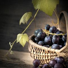 cestino con uva nera