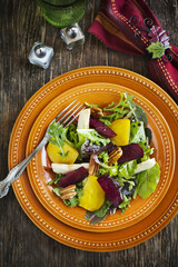 Salad with roasted beetroot, apple and pecans