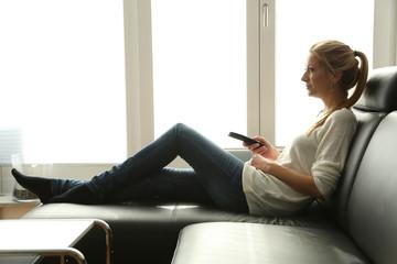 Frau auf Couch