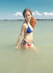 ragazza in mare con bikini americano