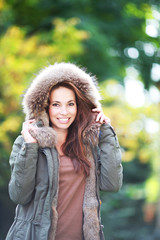 junge Frau mit Kapuze im Park